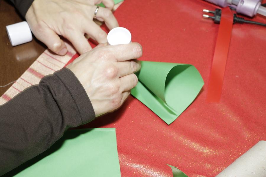 ... una striscia nera per fare la cintura. Dietro con della carta crespa ho  realizzato un piccolo sacco per mettere delle caramelle. Ed ecco Babbo  Natale! e4399ffe10cf